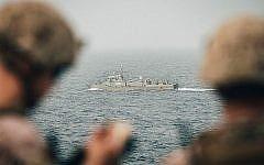 Des marines américains surveillent un navire iranien depuis l'USS USS John P. Murtha dans le Détroit d'Ormuz, le 12 août 2019. (US Marine Corps photo par Staff Sgt. Donald Holbert/Publié)