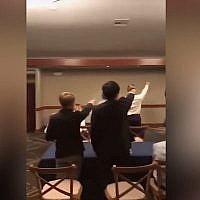 Des members d'une équipe de waterpolo au lycée Pacifica à gredin Grove, en Californie, font le salut nazi. (Capture d'écran Instagram /Daily Beast)