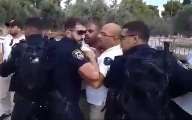 Une confrontation entre des officiers de police et des membres du Waqf islamique sur le mont du Temple, le 7 août 2019. (Capture d'écran: Twitter)
