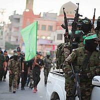 Des membres des brigades Izz-a-Din al-Qassam, l'aile militaire du groupe terroriste du Hamas, participent à un défilé à Gaza ville, le 25 juillet 2019. (Hassan Jedi/Flash90)