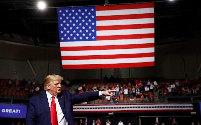 Le président américain Donald Trump réagit à la fin de son discours lors d'un meeting de campagne, le 15 août 2019, à Manchester, New Hampshire. (AP Photo/Patrick Semansky)