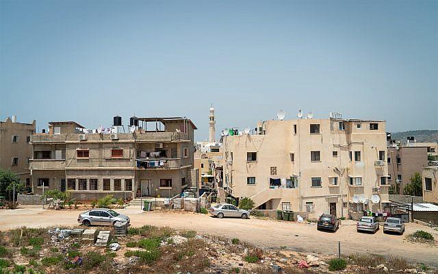Des maisons dans la ville du nord de Jisr az-Zarka, le 16 mai 2018. (Luke Tress/Times of Israel)