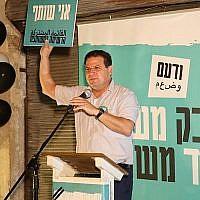 Le président de la Liste arabe unie Ayman Odeh s'exprime lors d'un événement pour lancer la campagne à Tel Aviv le 20 août 2019. (Crédit)