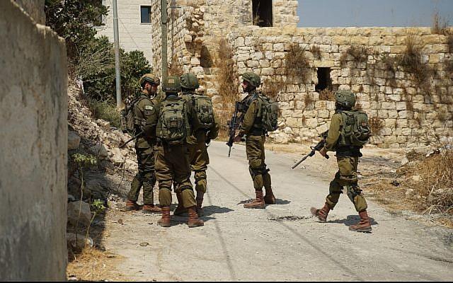 Des soldats israéliens opèrent en Cisjordanie le 23 août 2019, après l'attaque terroriste mortelle à proximité de l'implantation de Dolev. (Armée israélienne)