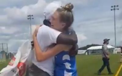 Des joueuses israélienne et kenyanes se prennent dans les bras après que l'équipe israélienne a donné à ses adversaires de nouvelles chaussures à crampon, le 7 août 2019. (Capture d'écran)