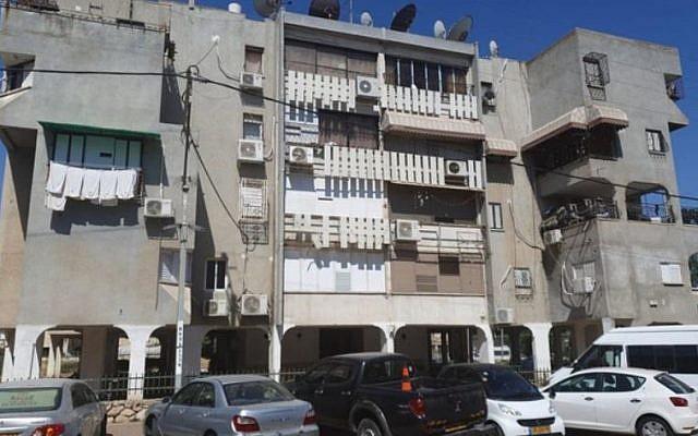 L'immeuble d'appartements dans la ville de Lod au centre d'Israël, où la police a retrouvé une petite fille de 5 ans attachée à une douche le 12 août 2019.  (Capture d'écran : Douzième chaîne)