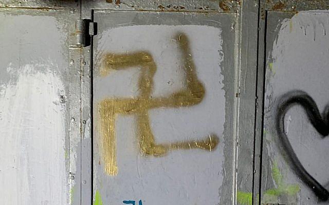 Le 12 août 2019, deux jeunes ont été arrêtés pour avoir peint des croix gammées et d'autres graffitis sur les murs d'une rue de la vieille ville de Jérusalem. (Crédit photo : Police israélienne)