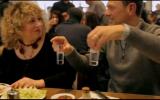 """Fred Chesneau dans le reportage tourné à Sarcelles de sa série """"Les Paris du Globe-Cooker"""". (Crédit : capture d'écran YouTube)"""
