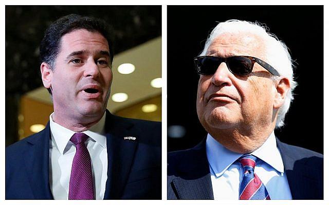 À gauche, l'ambassadeur israélien aux États-Unis (Crédit : AP/Carolyn Kaster) ; à droite, l'ambassadeur américain en Israël, David Friedman (Crédit : AP/Ariel Schalit).