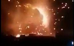 Extrait d'une vidéo montrant une frappe israélienne contre les forces soutenues par l'Iran en Syrie, le 24 août 2019 (Capture d'écran : Twitter)