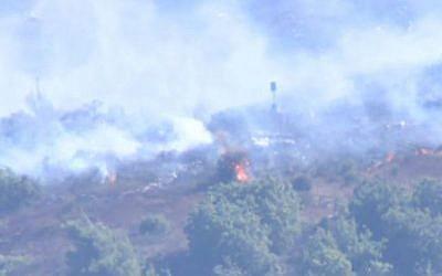 Des hommes du Hezbollah allument des incendies à proximité de la frontière entre Israël et le Liban, le 16 août 2019 (Capture d'écran/Douzième chaîne)