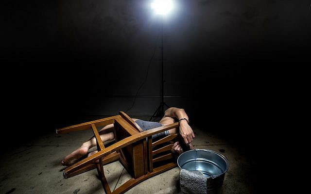 Illustration : un prisonnier torturé. (Crédit : iStock)