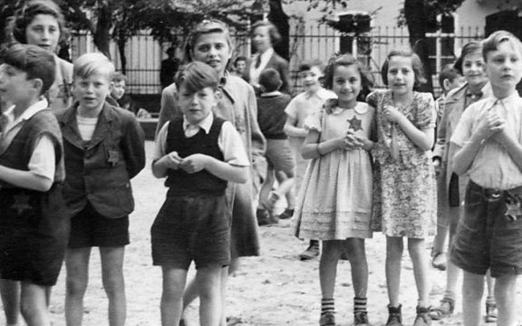 Scène d'un documentaire nazi tourné dans le ghetto de Theresienstadt pendant l'été 1944. (United States Holocaust Memorial Museum)