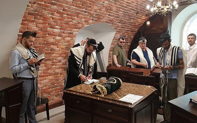 Le rabbin Shimshon Izakson, (2eme à g) prie avec des fidèles à la synagogue des bûcherons de Chisinau, en Moldavie, le 26 août 2019. (Crédit : Cnaan Liphshiz/JTA)