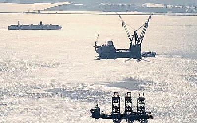 Un navire-grue arrive en Israël pour aider à installer la plateforme Leviathan qui doit fonctionner avant la fin 2019. (Noble Energy)