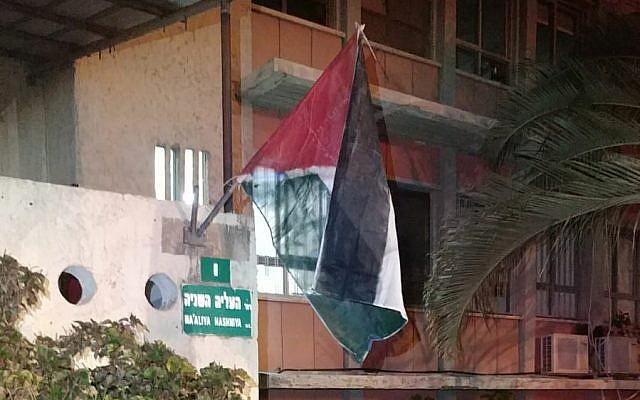 Un drapeau palestinien improvisé est accroché sur le bâtiment de la mairie de Petah Tivka, le 4 septembre 2019. (Crédit)
