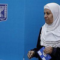Une arabe israélienne vote aux élections législatives israéliennes du 9 avril 2019 dans une école transformée en bureau de vote dans la ville de Taybe, au nord du pays. (Ahmad GHARABLI / AFP)