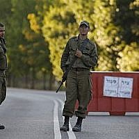 Des soldats israéliens à un checkpoint d'Avivim, au nord d'Israël, le 1er septembre 2019. (Crédit : Jalaa MAREY / AFP)