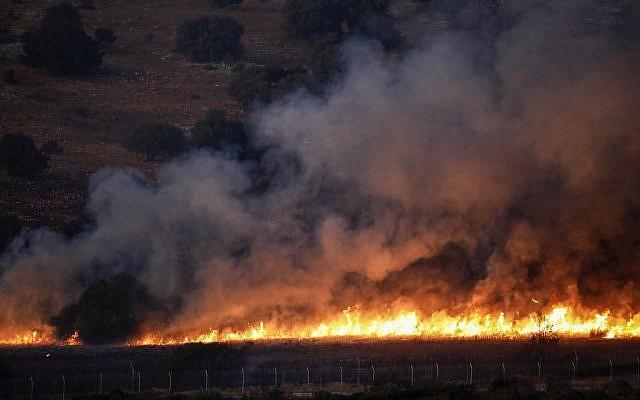 Un incendie a éclaté près de la ville d'Avivim, au nord d'Israël, dans un champ le long de la frontière avec Israël, du côté libanais, à la suite d'un échange de tirs, le 1er septembre 2019. (ALAA MAREY / AFP)