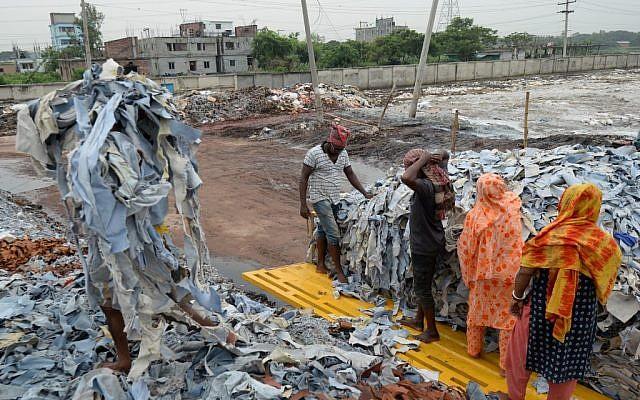Au Bangladesh, des travailleurs trient des déchets, le 2 septembre 2019. (Crédit : Munir UZ ZAMAN / AFP)