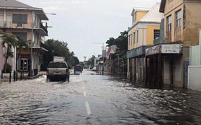 Une rue inondée, à Nassau, aux Bahamas, le 3 septembre 2019, après le passage de l'ouragan Dorian. (Crédit : Lucy WORBOYS / AFP)