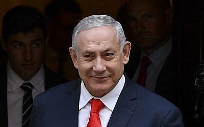 Le Premier ministre Benjamin Netanyahu quitte le 10 Downing Street à Londres le 5 septembre 2019 après une rencontre avec son homologue britannique, Boris Johnson. (Crédit : DANIEL LEAL-OLIVAS / AFP)