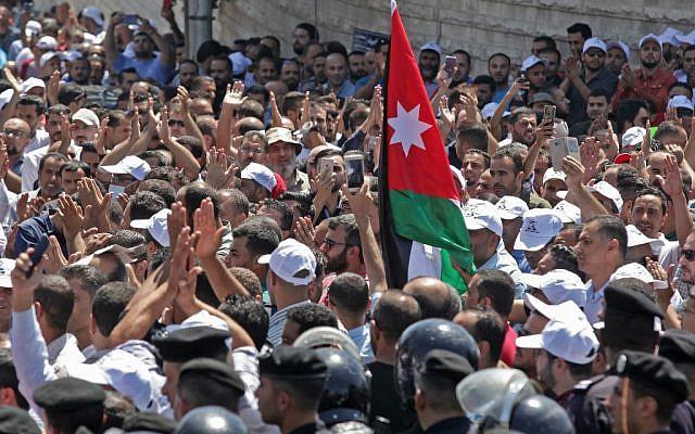 Des enseignants jordaniens manifestent à Amman, le 5 septembre 2019. (Crédit : Khalil MAZRAAWI / AFP)