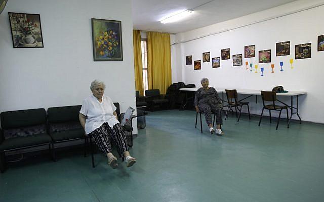 Des femmes âgées israéliennes participent à une séance d'entraînement matinale dans un ancien hôtel transformé en immeuble de logements sociaux pour Israéliens âgés de l'ancienne Union soviétique à Jérusalem le 4 septembre 2019. (Crédit : MENAHEM KAHANA / AFP)