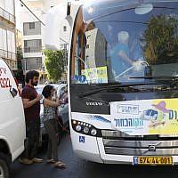 """Le """"sababus"""", un transport public qui fonctionne  pendant Shabbat, à Ramat Gan, le 7 septembre 2019. (Crédit : JACK GUEZ / AFP)"""