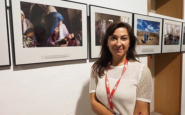 La photojournaliste américaine Lynsey Addario devant son exposition sur la mortalité maternelle, au festival Visa de Perpignan, le 6 septembre 2019. (Crédit : Raymond ROIG / AFP)