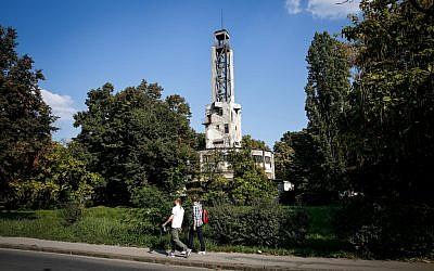 """Les gens passent près de la tour centrale à l'emplacement d'un ancien camp nazi, appelé """"Staro Sajmiste"""" à Belgrade, utilisé comme camp de concentration pendant l'occupation nazie de la Serbie pendant la Seconde Guerre mondiale le 8 septembre 2019. - L'ancien camp , connu sous le nom de Staro Sajmiste, est situé dans la capitale serbe, au bord de la rive gauche de la Sava, face au cœur historique de la ville. (Crédit : OLIVER BUNIC / AFP)"""