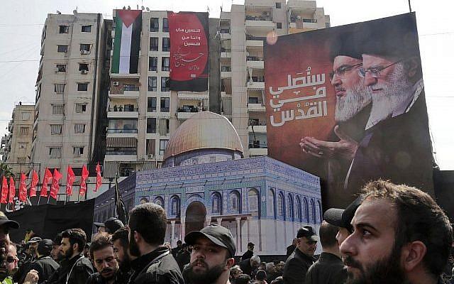 Les membres du groupe terroriste du Hezbollah montent la garde pendant une procession religieuse de deuil au dernier jour lunaire de Muharram, qui marque Achoura, dans un quartier de la capitale de Beyrouth, au Liban, le 10 septembre 2019 (Crédit : Anwar Amro/AFP)