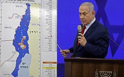 Le Premier ministre Benjamin Netanyahu devant une carte de la vallée du Jourdain, jurant d'y étendre la souveraineté israélienne en cas de réélection, lors d'un discours à Ramat Gan, le 10 septembre 2019. (Menahem Kahana/AFP)