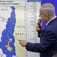 Le Premier ministre Benjamin Netanyahu pointe une carte de la vallée du Jourdain dans une déclaration dans laquelle il promet d'étendre la souveraineté israélienne à la vallée du Jourdain et au nord de la mer Morte, à Ramat Gan, le 10 septembre 2019. (Menahem Kahana/AFP)