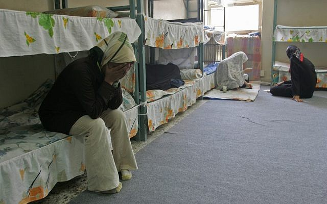Illustration : des détenues iraniennes dans la section pour femmes de la prison d'Evin, à Téhéran, le 13 juin 2006. (Crédit : Atta KENARE/AFP)