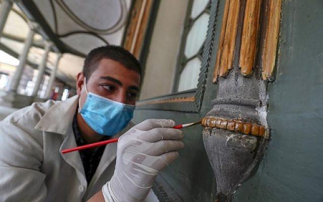 Travaux de rénovation dans le palais de Mohamed Ali Pacha,au Caire, le 12 septembre 2019. (Crédit :Mohamed el-Shahed / AFP)