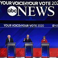 Les aspirants démocrates à la présidentielle : Le maire de South Bend, dans l'Indiana, Pete Buttigieg, le sénateur du Vermont Bernie Sanders, l'ex-vice président Joe Biden, la sénatrice du  Massachusetts Elizabeth Warren et le sénatrice de Californie Kamala Harris pendant le troisième débat des Primaires démocrates à la présidentielle à Houston, au Texas, le 12 septembre 2019 (Crédit :  Robyn BECK / AFP)
