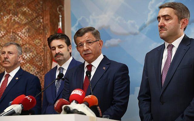 l'ancien Premier ministre turc  Ahmet Davutoglu (2ème à droite) lors d'une conférence de presse à son bureau d'Ankara le 13 septembre 2019 (Crédit :  Adem ALTAN / AFP)