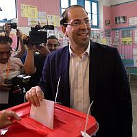 Le Premier ministre tunisien Youssef Chahed dépose son bulletin pour l'élection présidentielle au bureau de vote à La Marsa en banlieue de la capitale Tunis, le 15 septembre 2019. (Photo par Fethi Belaid / AFP)