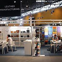 """(FILES) Des gens assis dans une zone d'exposition au salon """"Première Vision Paris"""", dédié aux industries qui fournissent des matériels et des services au secteur de la mode et à celui du luxe au parc des expositions de Villepinte, le 19 septembre 2019 (Crédit : JACQUES DEMARTHON / AFP)(FILES)"""