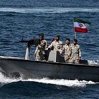 """Sur cette photo d'archives prise le 30 avril 2019, des militaires iraniens montent dans un bateau de patrouille alors qu'ils participent à la """"Journée nationale du golfe Persique"""" dans le détroit d'Hormuz (Crédit : ATTA KENARE / AFP)"""