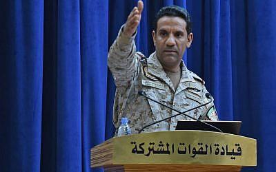 Le porte-parole de la coalition militaire dirigée par le Saoudien, le colonel Turki al-Maliki, lors d'une conférence de presse à Ryad, le 16 septembre 2019 (Crédit :  Fayez Nureldine / AFP)