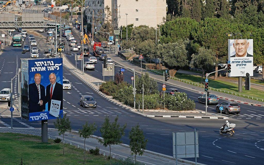 Des affiches de campagne pour le Likud et Kakhol lavan dans les rues de Jérusalem , le 16 septembre 2019. (Crédit : AHMAD GHARABLI / AFP)