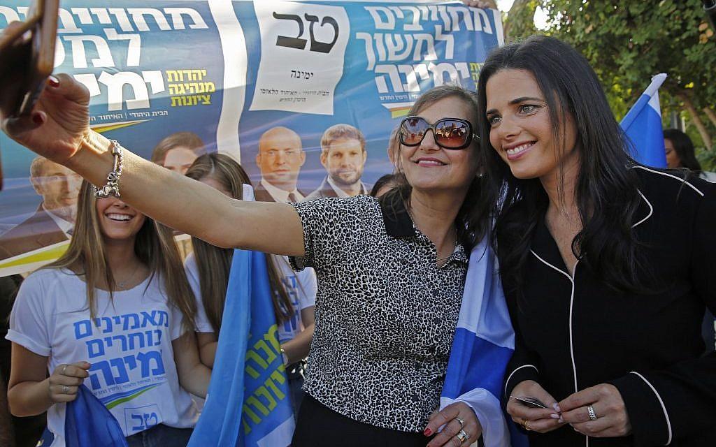 Ayelet Shaked, président de Yamina, avec des partisans après avoir voté à Tel Aviv, le 17 septembre 2019. (Crédit : GIL COHEN-MAGEN/AFP)