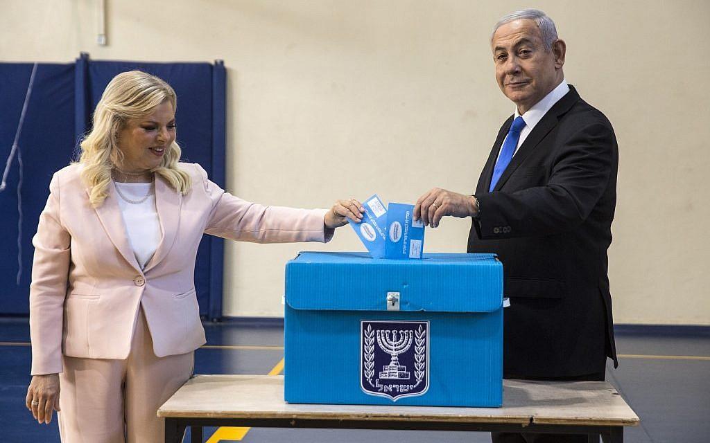 Le Premier ministre Benjamin Netanyahu et son épouse Sara votent dans un bureau de vote à Jérusalem, le 17 septembre 2019. (Heidi Levine/AFP)