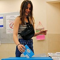 Une Israélienne vote à Tel Aviv, le 17 septembre 2019. (Crédit : GIL COHEN-MAGEN / AFP)