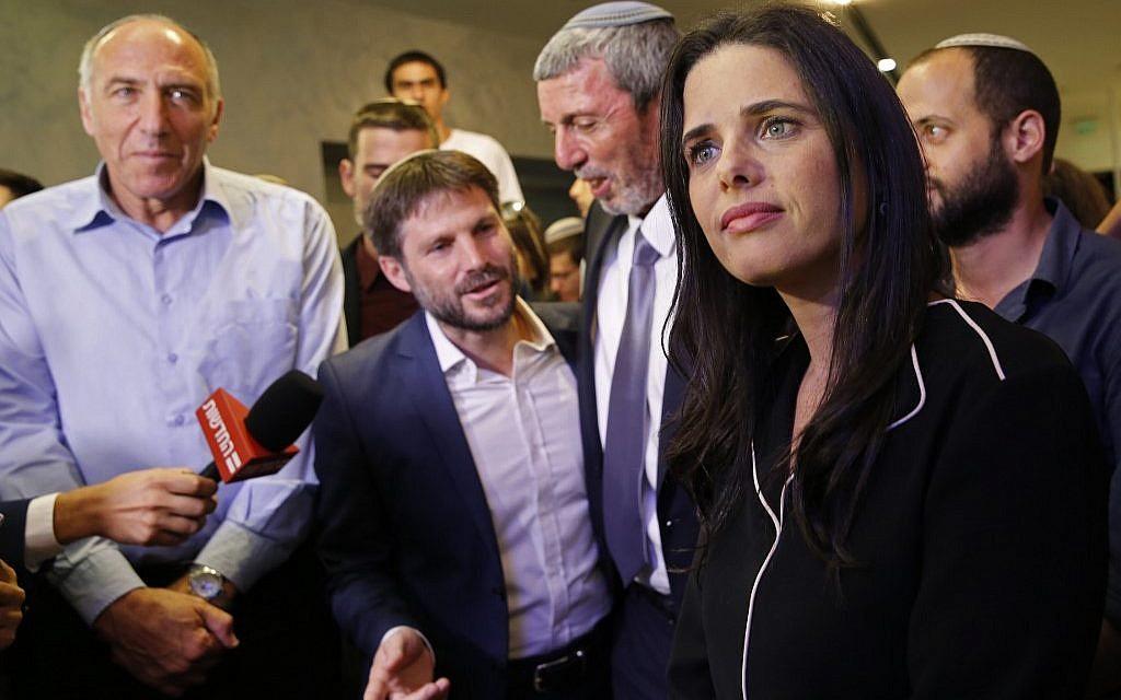 Ayelet Shaked (à droite), leader et candidat de HaYamin HaHadash qui fait partie de l'alliance politique Yamina, s'adresse à la presse en compagnie du candidat de HaBayit HaYehudi Moti Yogev (à gauche), du chef du parti Tkuma Bezalel Smotrich (2e-G), et du chef de HaBayit HaYehudi Rafi Peretz (C) au siège de l'alliance à Ramat Gan, 17 septembre 2019. (Gil Cohen-Magen/AFP)