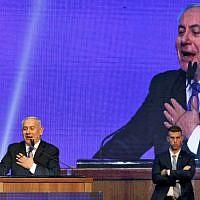 Le Premier ministre Benjamin Netanyahu s'adresse aux sympathisants du Likud aux quartiers généraux du parti à l'issue des élections, dans la nuit du17 au 18 septembre 2019. (Crédit : MENAHEM KAHANA / AFP)