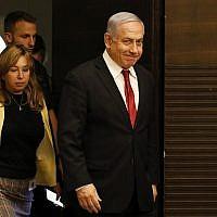 Le Premier ministre Benjamin Netanyahu arrive à une réunion du Likud à Jérusalem, le 18 septembre 2019. (Crédit : Menahem Kahana/AFP)
