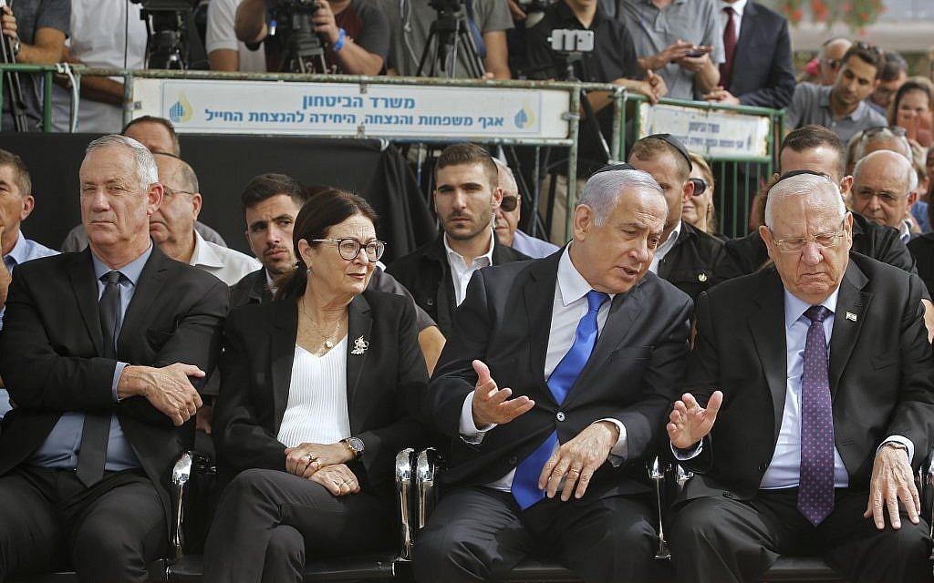 De d. à g. : Le président israélien Reuven Rivlin, le premier ministre Benjamin Netanyahu, la présidente de la Cour suprême israélienne Esther Hayut et Benny Gantz, chef du parti Kakhol lavan, assistent à une cérémonie commémorative en l'honneur de feu le président israélien Shimon Peres, au Mont Herzl à Jérusalem, le 19 septembre 2019. (GIL COHEN-MAGEN / AFP)